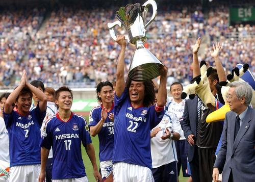 04年6月26日 横浜対鹿島 鈴木チェアマン(右端)から優勝カップを受け取り喜ぶ中沢。左から中西、田中、安