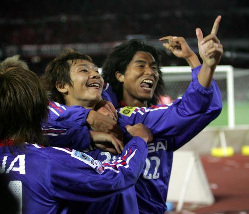 04年12月5日 横浜対浦和 後半21分、先制ゴールを決めた横浜DF河合(中央)は中沢(右)らチームメートと喜び合う