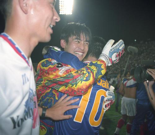 95年7月22日 初優勝を決め、ゴールを守った横浜M守護神のGK川口能活は、安永聡太郎と笑顔で抱擁