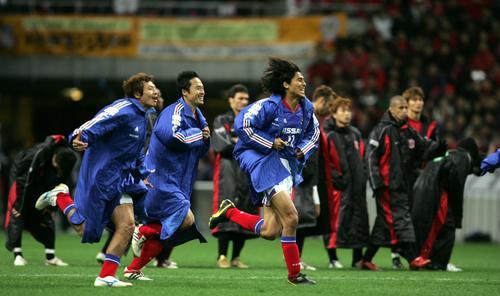 04年12月11日 Jリーグチャンピオンシップ第2戦 浦和対横浜 PKで優勝を決め中沢佑二(右)ら横浜選手は絶叫しながら喜ぶ。後方はがっくりする浦和選手