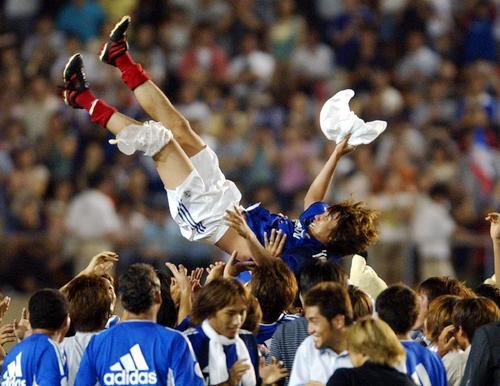 02年7月21日 試合後、チームメートの手によって胴上げされる中村俊輔