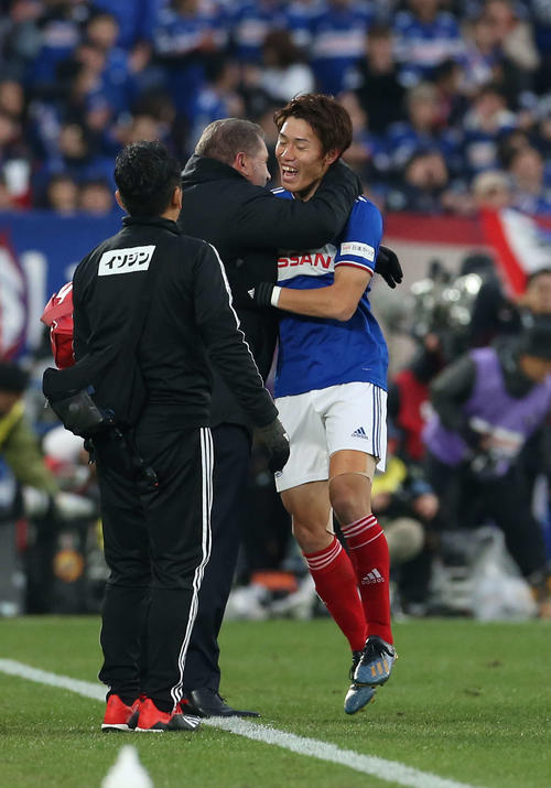 横浜対東京 後半、チーム3点目を決めた横浜FW遠藤(右)はポステコグルー監督の祝福を受ける(撮影・河野匠)