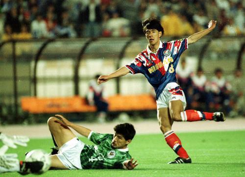 93年5月15日 V川崎対横浜M 抜け出した水沼貴史(後方)は加藤久のタックルをかわし強烈なシュートを放つ