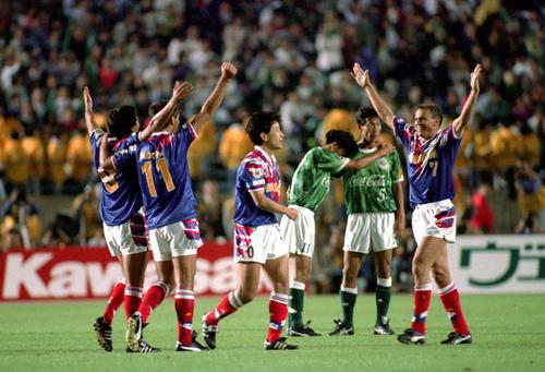 93年5月15日 V川崎対横浜M ゴールを喜ぶMFエバートン(右端=7)ら横浜Mイレブン 後方はうなだれるV川崎MF柱谷哲二(右=5)とFW三浦知良(カズ)