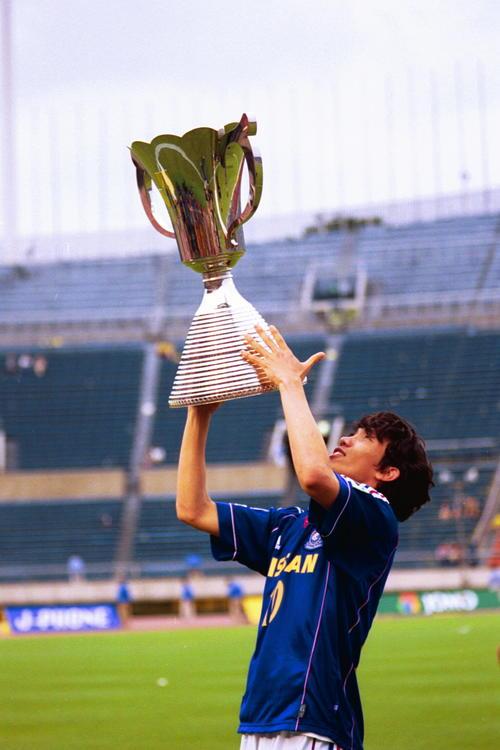 00年5月27日 市原対横浜 優勝した横浜・中村俊輔はチェアマン杯を掲げる