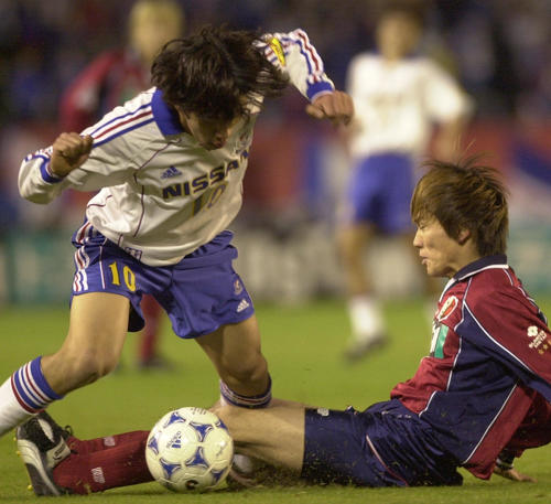 00年12月9日 鹿島対横浜 前半、鹿島熊谷浩二(右)は横浜中村俊輔の左足にスライディングタックル