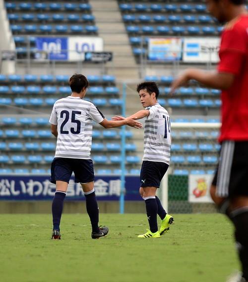 磐田DF大南(右)は、得点を挙げたMF松本とタッチを交わす(19年10月11日撮影)