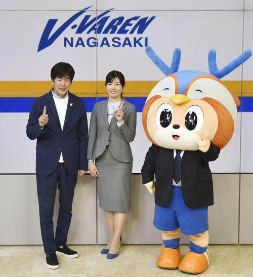J2長崎の新社長に就任する、高田明社長(左)の長女春奈氏(共同)