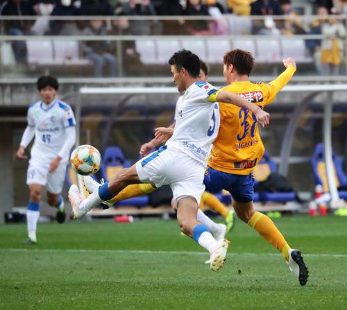 仙台対大分 後半、大分DF鈴木と競りながらもチーム2点目のゴールを決める仙台FW長沢(右)(撮影・丹羽敏通)