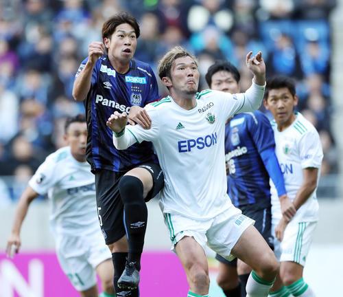 G大阪対松本 前半、競り合うG大阪DF三浦(左)と松本DF飯田(撮影・前田充)