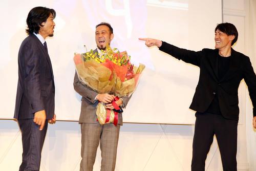 引退会見の最後にサプライズで登場した中沢佑二氏(左)と楢崎正剛氏(右)に囲まれ、爆笑する闘莉王(撮影・浅見桂子)