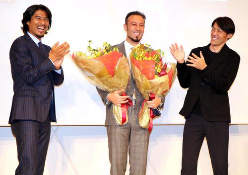 引退会見の最後にサプライズで登場した中沢氏(左)と楢崎氏(右)に囲まれ、爆笑する闘莉王(撮影・浅見桂子)