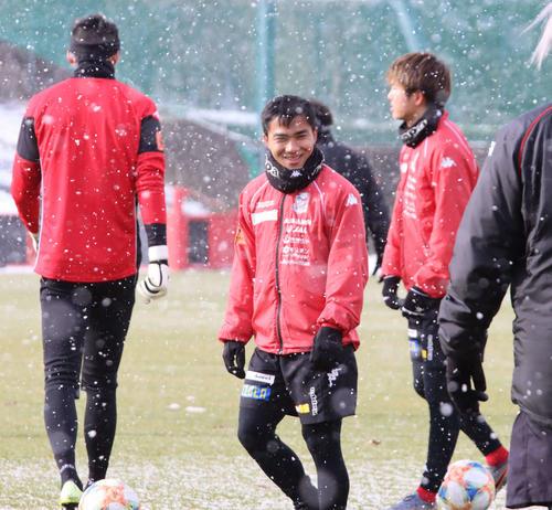 雪が降るなか、練習中に笑顔を見せる札幌MFチャナティップ(撮影・保坂果那)