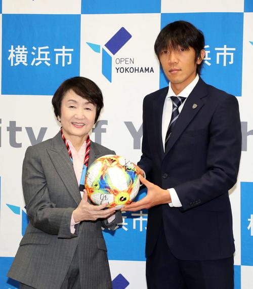 写真に納まる林横浜市長と横浜FC中村(撮影・鈴木正人)