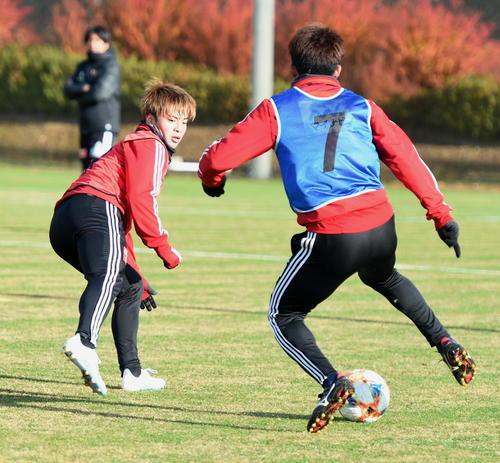 粘り強い守備を見せる仙台DF永戸(左)(撮影・山田愛斗)