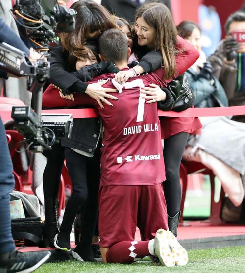 後半、PKでゴールを決め、家族に祝福される神戸FWビジャ(撮影・前田充)