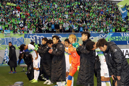 松本対湘南 試合後、プレーオフに回ることが決まった湘南の選手たちはサポーターの声援を背に引き揚げる(撮影・垰建太)