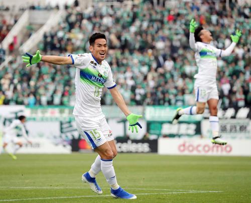 松本対湘南 後半、ゴールを決めサポーターの方へ駆け出す湘南FW野田(左)(撮影・垰建太)