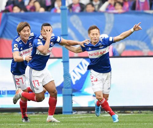 横浜対東京 前半、ゴールを決めて歓喜する横浜FWエリキ(中央)とFW仲川(右)。左はDF松原(撮影・横山健太)