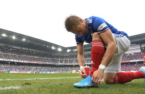 横浜対東京 前半開始前、靴ひもをしっかりと結ぶ横浜FW仲川(撮影・横山健太)