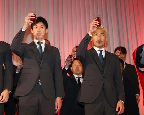 2019コンサドーレ札幌感謝の集いで乾杯する石川(左)と菅野(撮影・黒川智章)