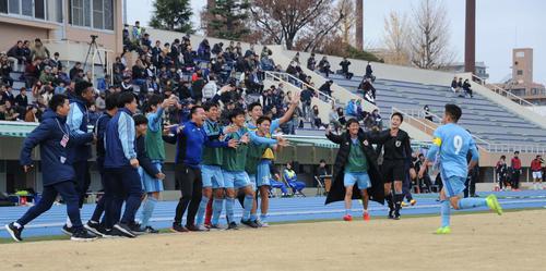 決勝ゴールの矢村<9>は、ベンチのメンバーのもとへ一目散に駆け寄る
