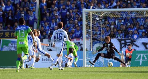湘南対徳島 後半19分、同点のゴールを決める湘南FW松田(撮影・たえ見朱実)