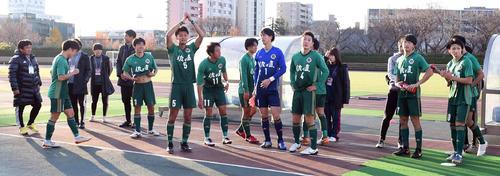 応援席にあいさつする仙台大の選手たち