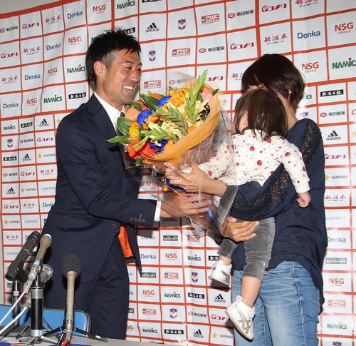 サプライズで登場した家族の花束贈呈にGK野沢は笑顔