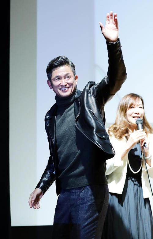 トークショー後、笑顔で手を振る三浦(撮影・浅見桂子)