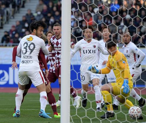 神戸対鹿島 前半、鹿島GKクォン・スンテ(右)が弾いたボールが鹿島DFにぶつかりオウンゴールで神戸が先制する(撮影・横山健太)