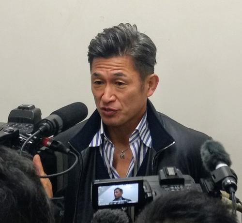 母校・静岡学園の初戦を観戦後、報道陣の取材に応じたカズ