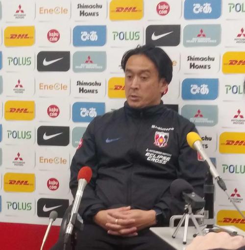 始動日に合わせ、報道陣の質問に応じる浦和の大槻監督