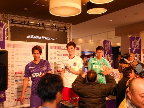新ユニホーム会見に出席した(左から)広島DF佐々木翔、DF荒木隼人、GK増田卓也はサポーターとハイタッチする
