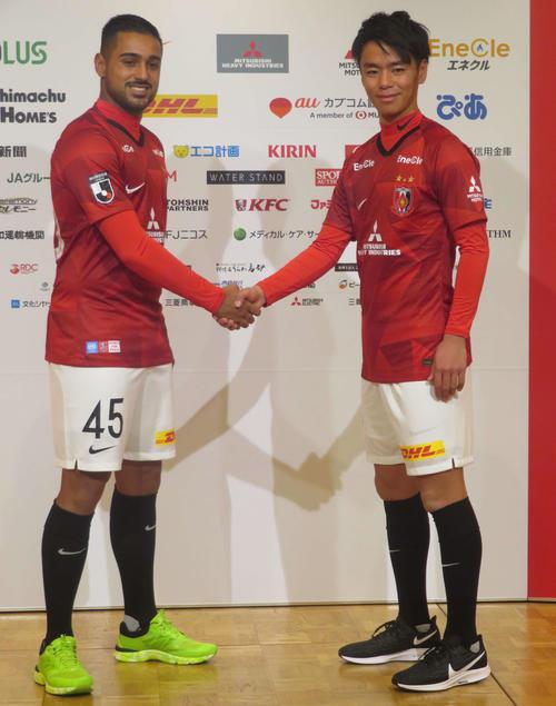 J1浦和の新加入選手会見で握手を交わすFWレオナルド(左)とMF伊藤