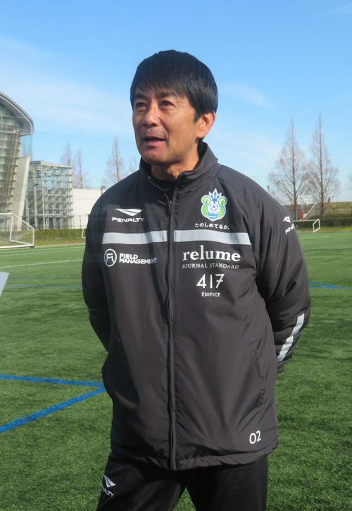 チーム始動を受けて報道陣の取材に応じる湘南の浮島監督