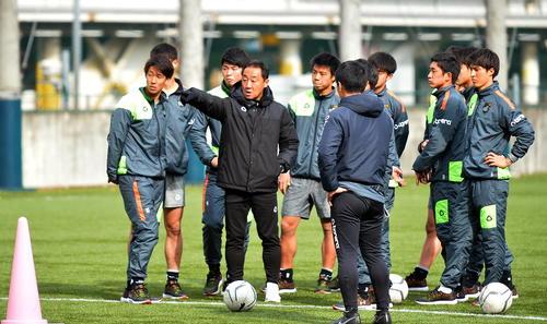 決勝前日練習で黒田監督(中央)の指示を聞く青森山田の選手たち