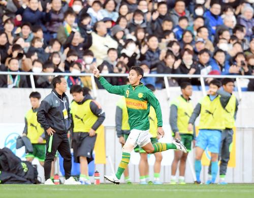 後半、同点ゴールを決めて駆け出す静岡学園FW加納大。後方は肩を落とす黒田剛監督(左から2人目)ら青森山田イレブン(撮影・加藤諒)