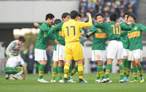 青森山田対静岡学園 優勝を決め、喜ぶ静岡学園の選手たち(撮影・加藤諒)