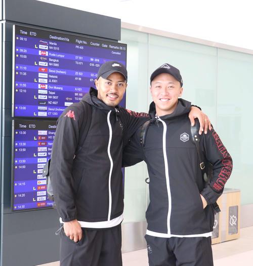 1次キャンプ地のタイに向かって出発した札幌FW鈴木(左)とMF荒野(撮影・浅水友輝)