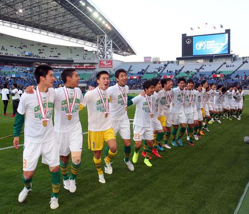 青森山田対静岡学園 試合後、スタンドの応援団と歓喜のダンスをする静岡学園の選手たち(撮影・垰建太)