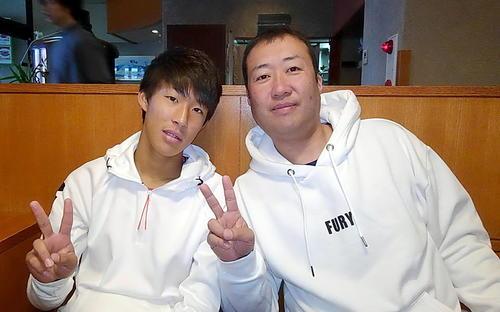親子で並んでVサインのポーズをとる青森山田MF武田(左)と父修一さん