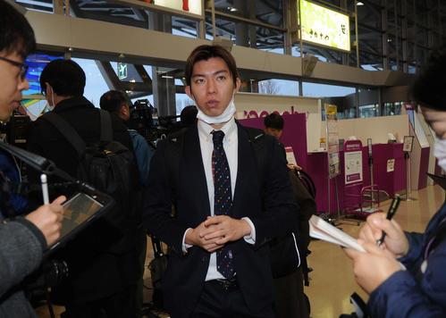 新潟空港で報道陣に囲まれる渡辺新