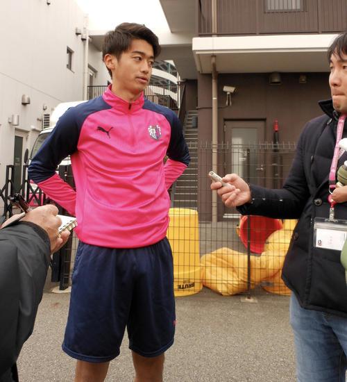 バルセロナ移籍の可能性が報じられたC大阪MF西川潤は笑顔で取材に応じた(撮影・横田和幸)