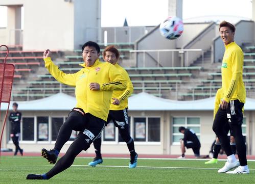 体を倒しながらシュートを打つ仙台FW赤崎(左)、右はFW長沢(撮影・山田愛斗)