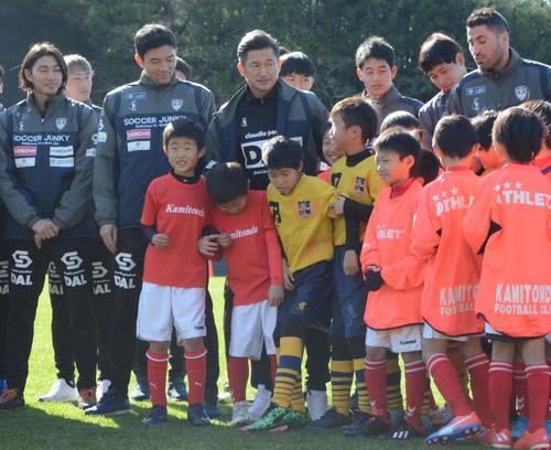 小学生を対象にしたサッカースクールで子供に囲まれる横浜FCのFWカズ(左から3人目)