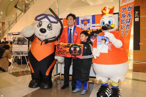 ホーム開幕戦のPRで子どものファンと記念撮影する野沢氏(左から2人目)