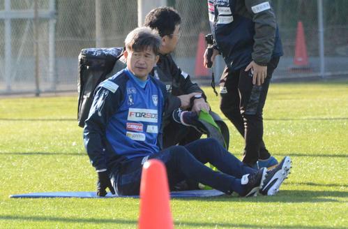 和歌山キャンプで屋外で調整した横浜FCのFWカズ