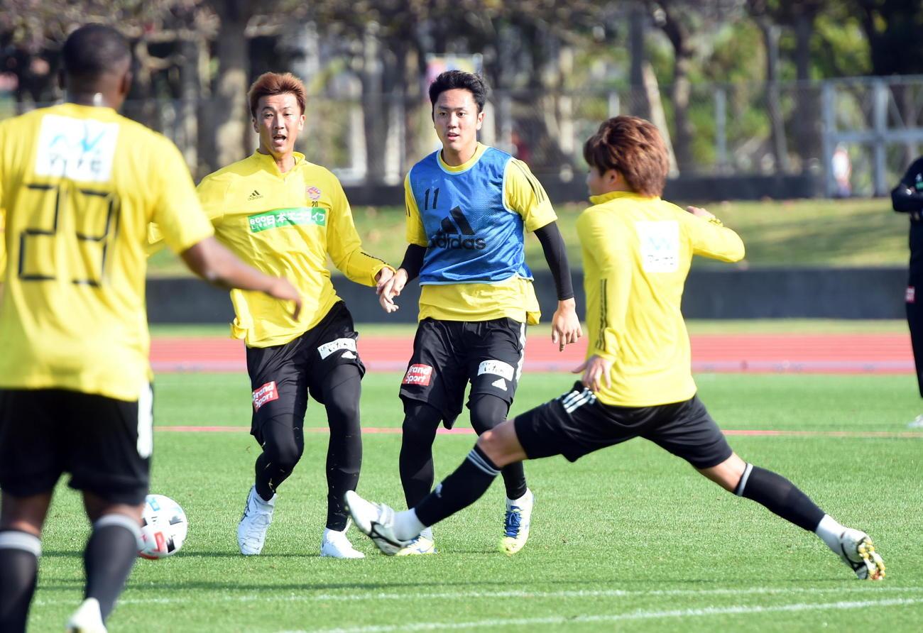 プレッシャーを受けながらパスを出す仙台DF吉野(中央右)、同左はFW長沢(撮影・山田愛斗)
