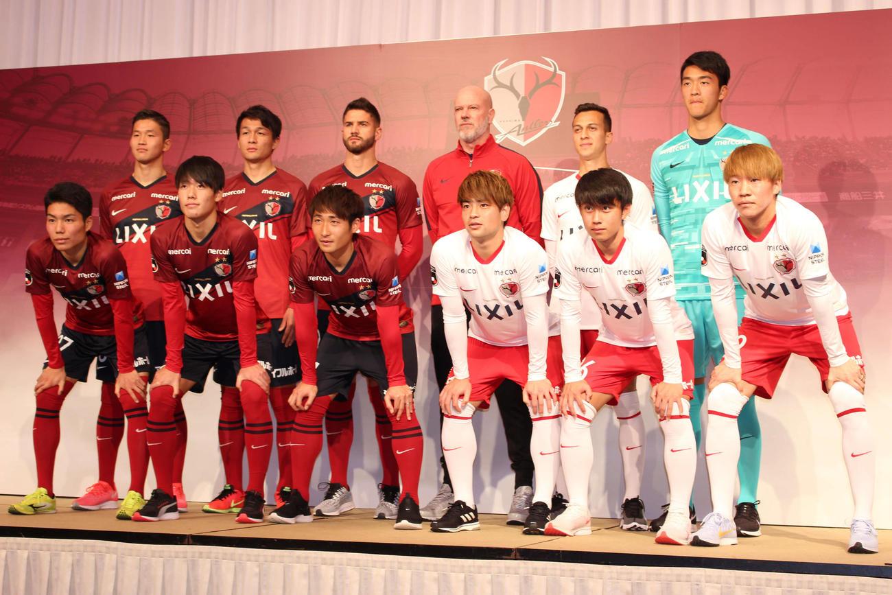 鹿島の新体制発表会見に登壇したザーゴ新監督(後列右から3人目)ら